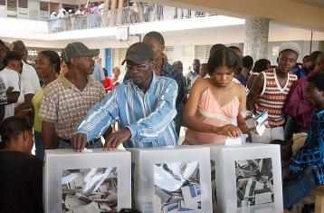 Haitians voting in the 2006 elections photo by Marcello Casal Jr./ABr